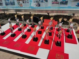 向获奖者颁发奖杯和奖状